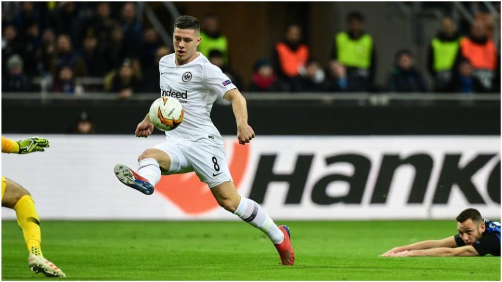 Luka Jovic marca de vaselina el 0-1.