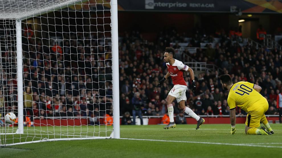 Aubameyang anota uno de sus dos goles al Rennes