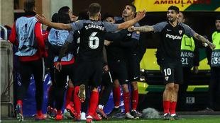 Los jugadores del Sevilla celebran el tercer gol ante el Slavia.