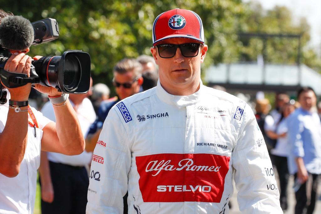ZSN034. MELBOURNE (AUSTRALIA), 14/03/2019.- El piloto finlandés de Fórmula Uno Kimi <HIT>Raikkonen</HIT>, de Alfa Romeo Racing, se dirige a participar en una sesión de fotos previa a la celebración del Gran Premio de Fórmula Uno de Australia, este viernes en el circuito Albert Park de Melbourne (Australia). La carrera se disputará el próximo 17 de marzo. EFE/Diego Azubel
