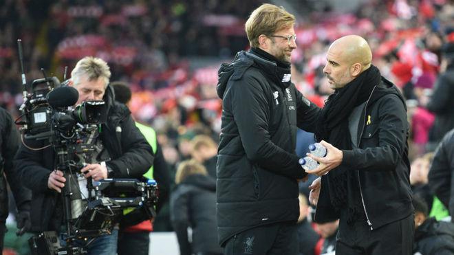 Klopp saluda a Guardiola antes de un Liverpool-City.