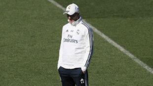 Zinedine Zidane, durante el entrenamiento en Valdebebas.