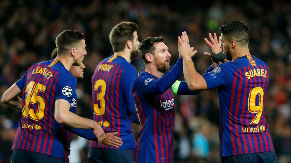 Los jugadores del Barcelona celebran un gol contra el Olympique de...