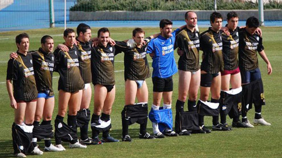 Jaime Mata, el segundo por la derecha, se bajó los pantalones en...