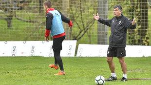 José Luis Mendilibar da instrucciones sus futbolistas.