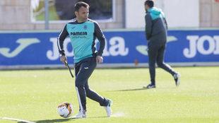 Javier Calleja conduce la pelota en un entrenamiento.