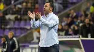Sergio González anima a sus jugadores durante el partido de Liga...