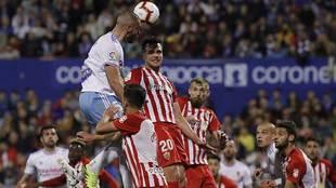 Álvaro Giménez y Saveljich dispunta un balón aéreo con Verdasca en...