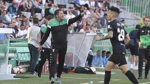 Rafa Navarro, en la banda de El Arcángel durante el partido del...