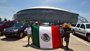 Aficionados de la selección mexicana de fútbol previo al partido...