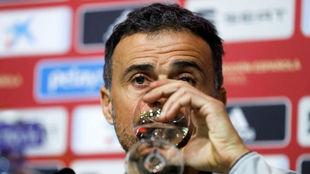 Luis Enrique bebe agua en la rueda de prensa.