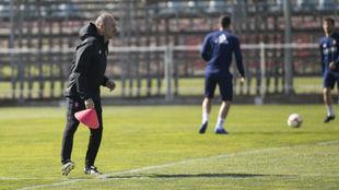 Víctor organiza un ejercicio en un entrenamiento.