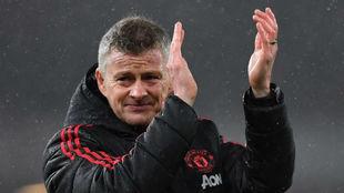 Solskjaer aplaude a sus jugadores tras un partido del United.