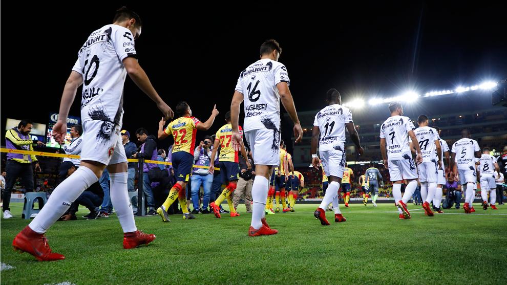 Jugadores de Xolos entran al campo previo a los cuartos de final de...