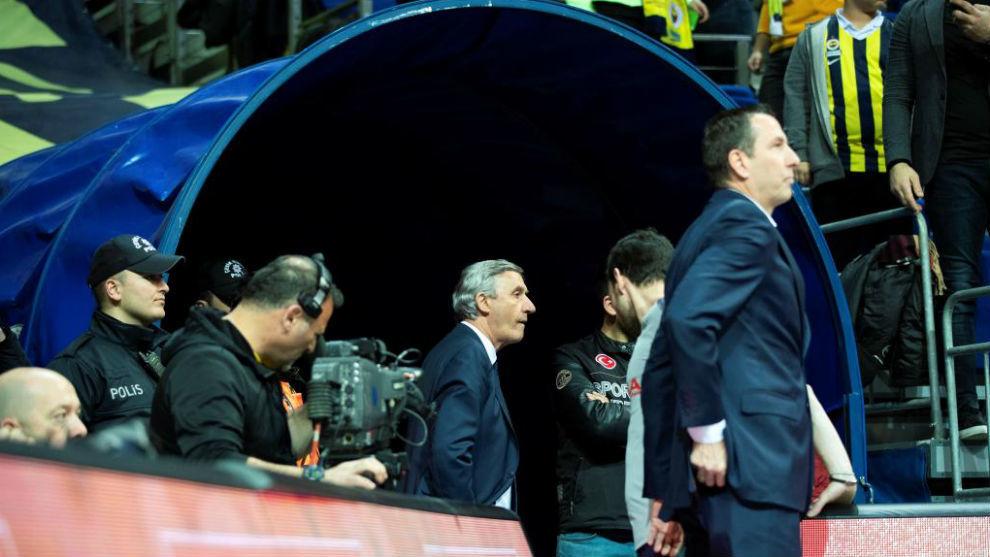 Svetislav Pesic observa el partido desde el túnel de vestuarios con...