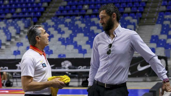 Garbajosa charlando con Scariolo durante un entrenamiento de la...