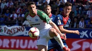 Calleri pugna con Mantovani por un esférico en Huesca