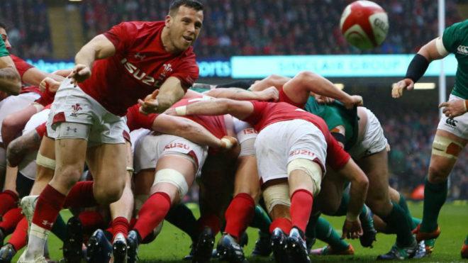 El medio melé de Gales Gareth Davies juega la pelota durante un...
