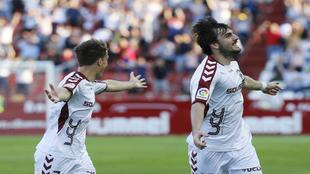 Eugeni celebra el gol que marcó al Extremadura, por delante de...