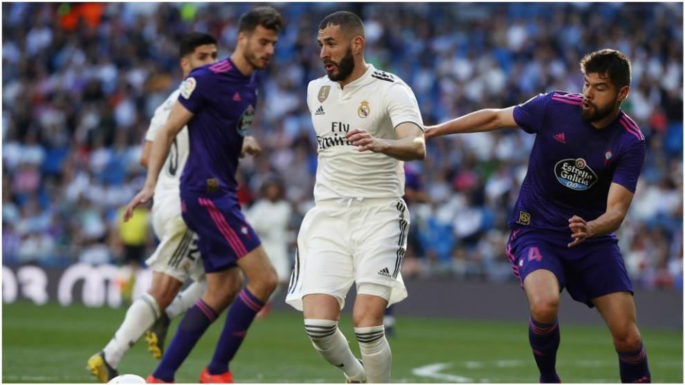 Néstor Araujo, con Benzema en el Real Madrid vs Celta de LaLiga.