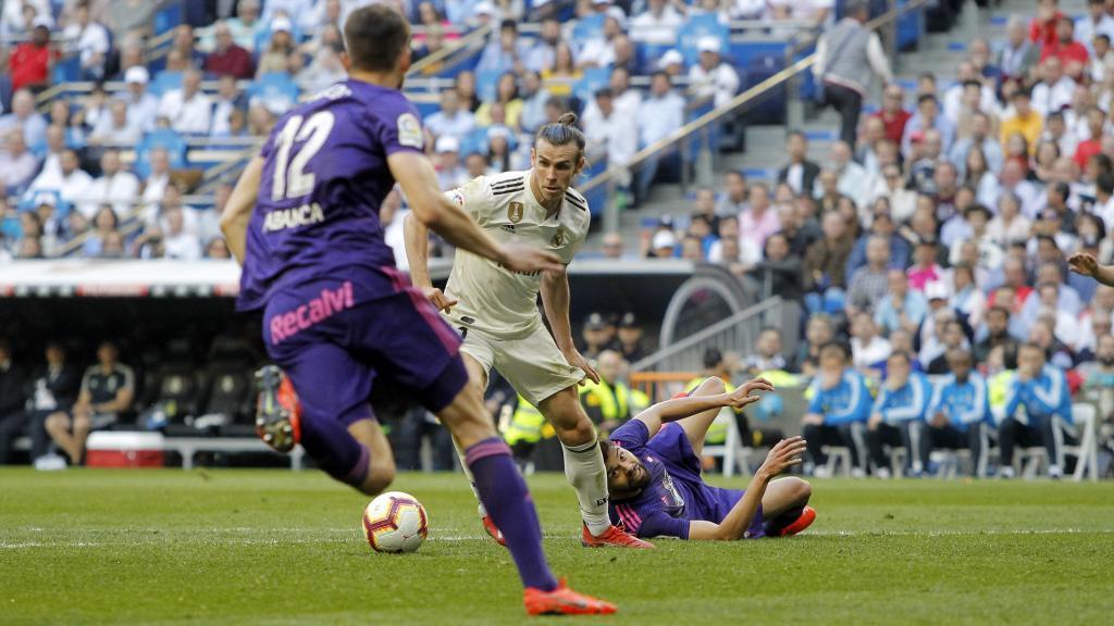 Así marcó Bale el 2-0 con Néstor Araujo tendido en el césped.