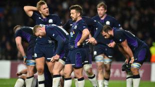Los jugadores escoceses, abatidos a la finalización del partido.