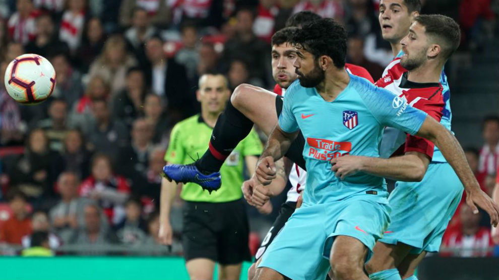 Diego Costa fighting for the ball with Yeray.