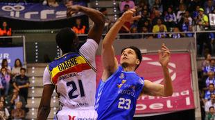 Diagné y Huskic pelean por un balón.