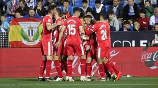 Los jugadores del Girona celebran uno de los dos tantos que marcaron...