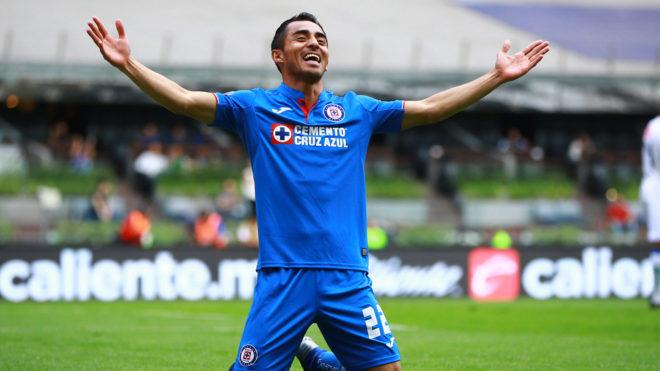 Baca festeja el gol de vestidor de Cruz Azul.