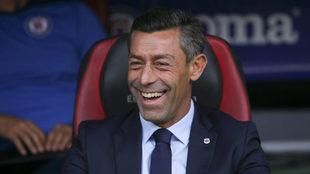 Pedro Caixinha sonríe en la banca del Cruz Azul/