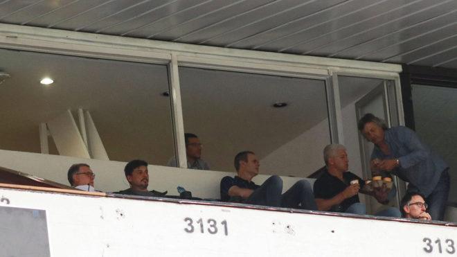 El Tata Martino y los integrantes de su cuerpo técnico en un palco...