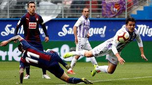 Enes Ünal remata ante Peña en el partido Eibar-Valladolid