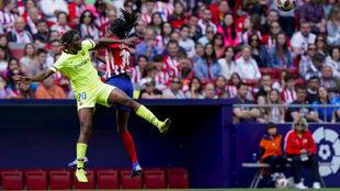 Asisat Oshoala puja por un balón con Aïssatou Tounkara en el Wanda...