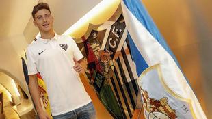 Pau Torres posa con el escudo del Málaga.