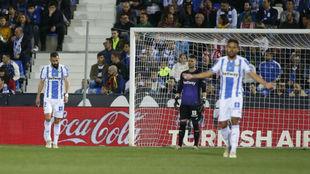 Los jugadores del Leganés se lamentan ante el Girona.
