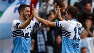 Lulic felicita a Luis Alberto tras uno de sus goles.