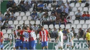Los jugadores del Sporting celebran el triunfo ante la desesperación...