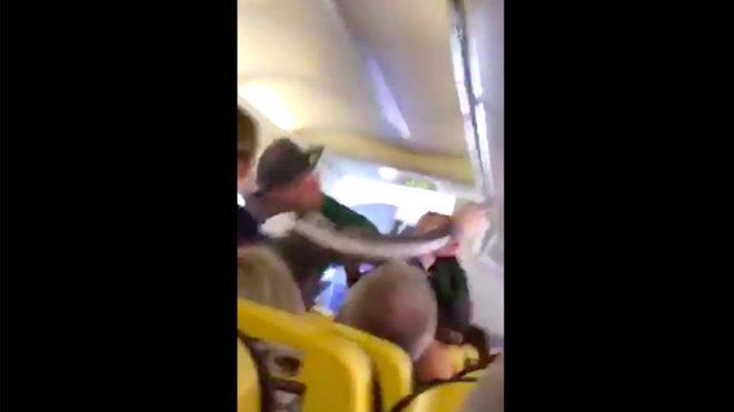 Pelea a mordiscos en un vuelo de Ryanair a Canarias