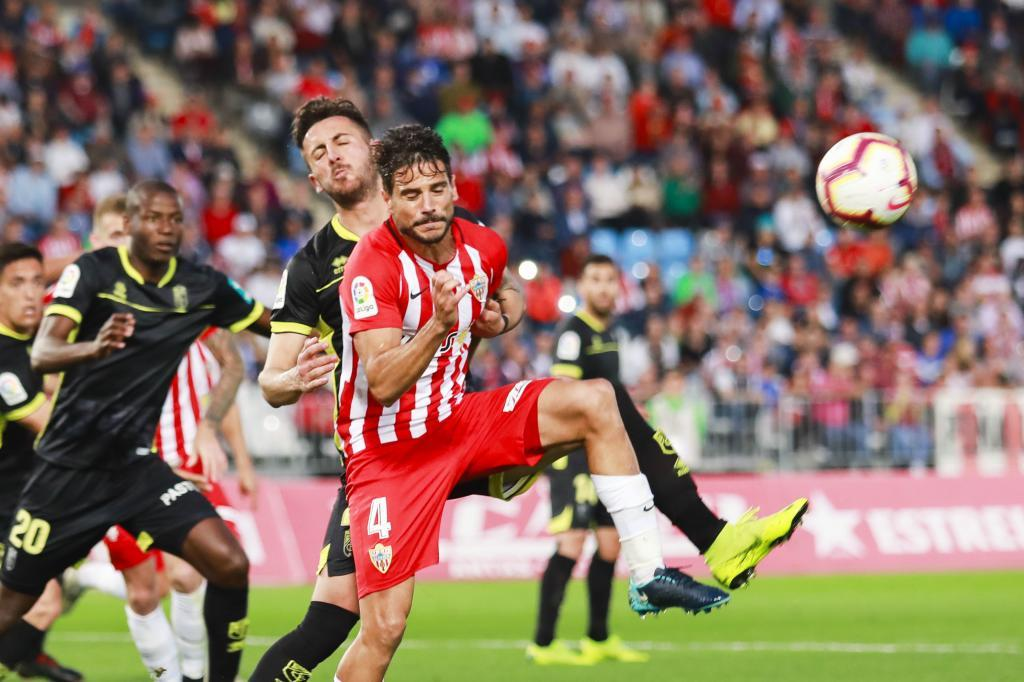 Romera es presionado por un rival en un momento del partido del Juegos...