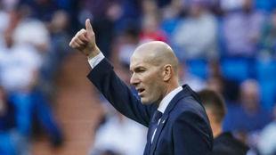 Zidane levanta el pulgar, el pasado sábado, en el Bernabéu