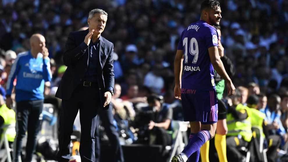 Escribá da una orden a Boufal en el partido ante el Real Madrid.