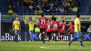 Los jugadores del Mallorc celebran el primer gol ante las protestas de...
