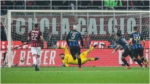 Lautaro Martínez marca, de penalti, el tercer gol del Inter