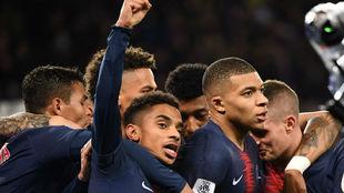 Mbappé y sus compañeros festejan el primer gol parisino.