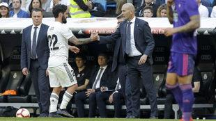 Isco se saluda con Zidane al final del encuentro.