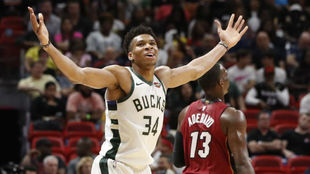 Antetokounmpo levanta los brazos en un partido de los Bucks ante los...