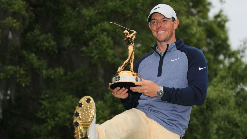 Rory McIlroy, con el trofeo de campeón.