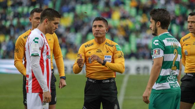 El árbitro cambió de decisión gracias al VAR.
