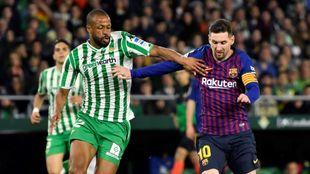 Sidnei, pugnando con Messi